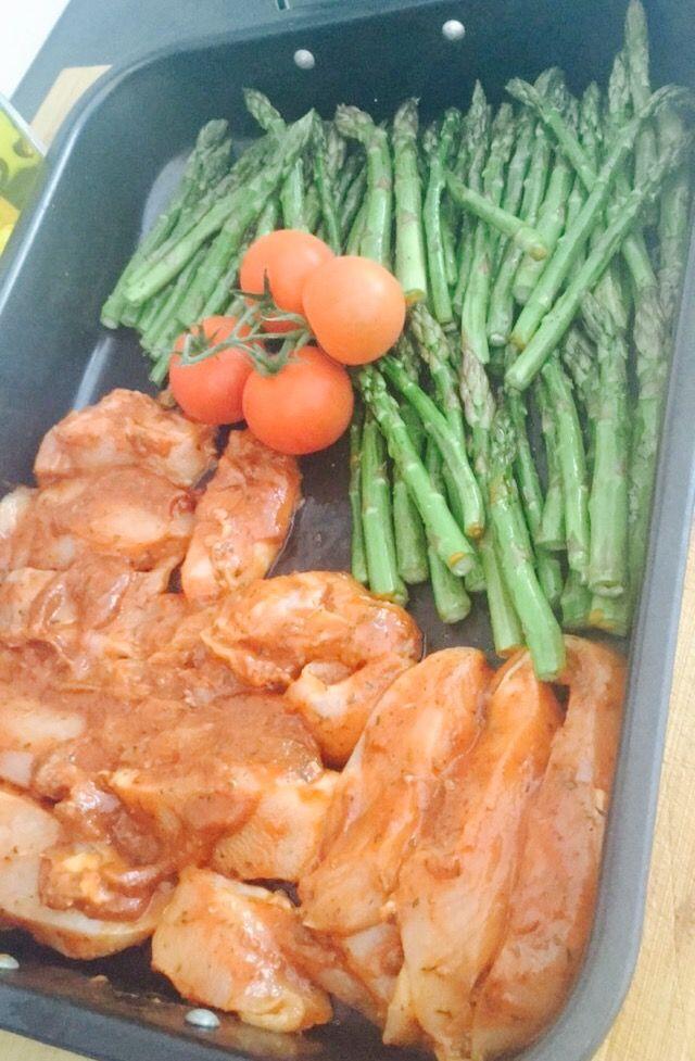 Gemarineerde kip: - honing - olijfolie  - tijm / oregano / basilicum - balsamico - azijn - tomatenpuree   Groene asperges Geroosterde tomaten  Ca. 20 min. 160•C