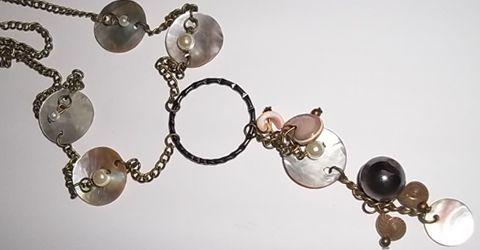Collar de Concha perla,caracol y dijes. Beneficios:las conchas están asociadas fuertemente con el elemento agua,las conchas son usadas principalmente para atraer lo que deseas en tu vida... www.puntojoya.cl
