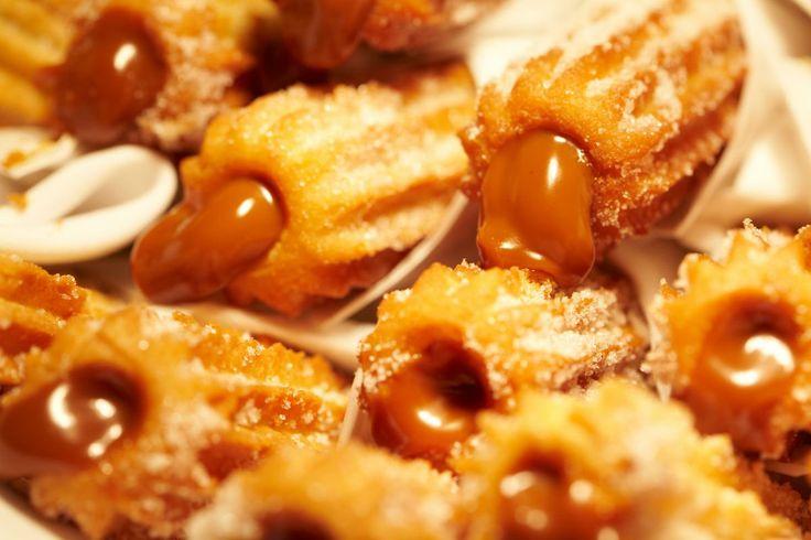 Veja como fazer uma deliciosa receita de churros simples, caseiro, assado e frito, fácil de fazer! Churros recheados feito em casa passo a passo!