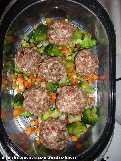 0,5kg mletého masa rozmícháme s vajíčkem, hořčicí, kořením a bylinkama podle chuti. Mraženou zelenin...