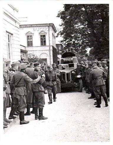 !939 r - Niemcy przed Pałacem Lubomirskich a wgłębi rosyjski samochód pancerny FAI