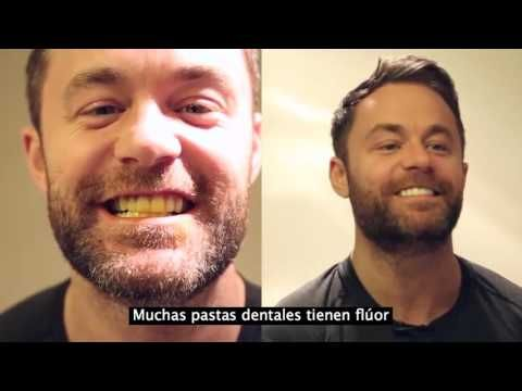Hombre muestra un truco facilísimo para blanquear sus diente - Taringa!