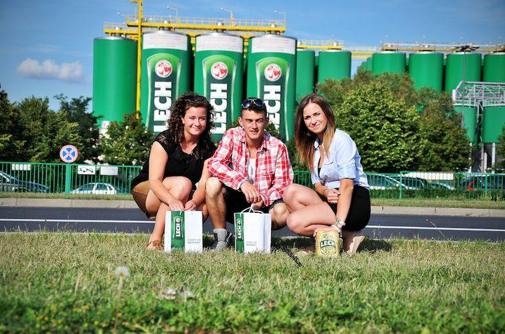 """Magda, Dorota, Artur: """"Bo w Poznaniu wszyscy piją Lecha! Dlatego i my, Dolnoślązacy, musieliśmy odwiedzić rozlewnię piwa z koziołkami!"""" [fot.Magladena Gaździcka]"""