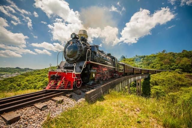 Belas paisagens, trem e vinho na rota Vale dos Vinhedos, em Bento Gonçalves
