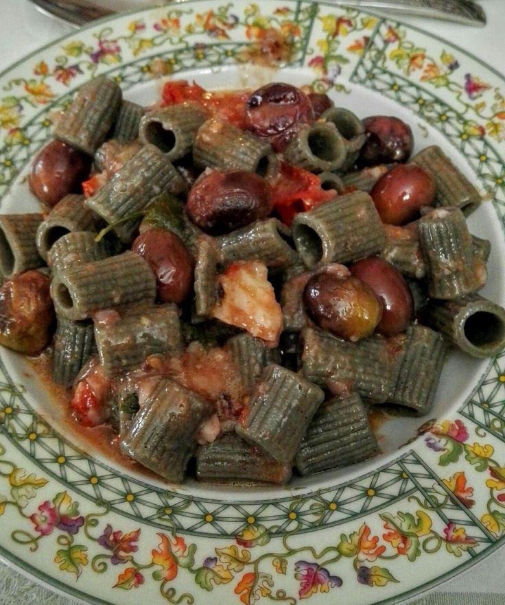 Manicotti di grano arso con olive dolci e baccalà