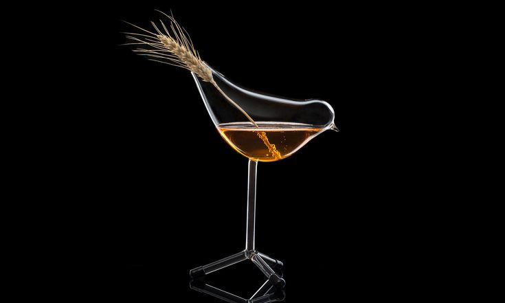 Martin Jakobsen navrhl skleničku nakoktejl Lark stvarem skřivánka