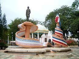 Monumento a Sánchez y sus aliados en San Juan de la Maguana, Republica Dominicana.   Un individuo solitario vestido inadecuadamente pero a pesar de ello, dispuesto a iniciar su diversión en los toboganes y demás artilugios de parque acuático