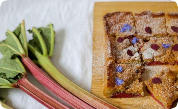 Knäckig och seg rabarberkaka
