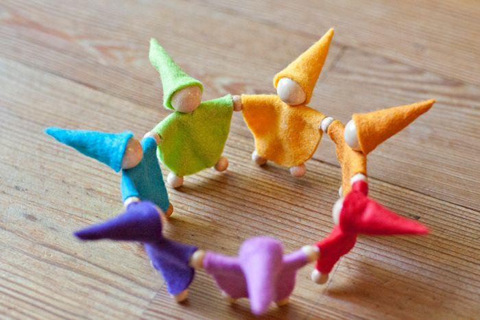 Zwergenreigen in Regenbogenfarben für Teelichter …