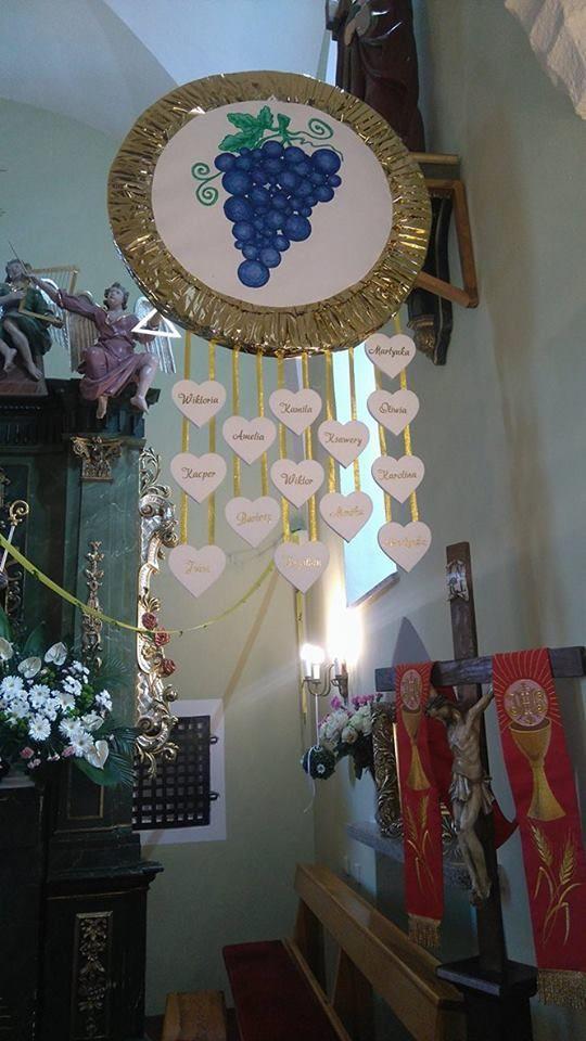 Styropianowe serca z imionami dzieci oraz winogrono na dekoracje komunijne