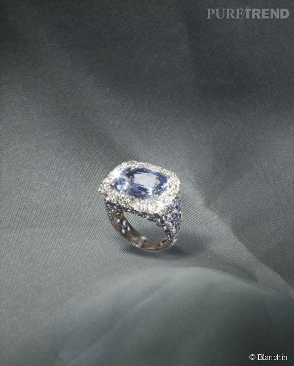 Bague Galadriel    Saphir naturel bleu pâle de Ceylan, entouré de diamants, pierres de lune et saphirs bleus pâles sur or gris palladié et argent.