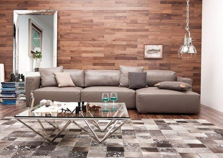 parement mural en bois, tapis dalles grises et canapé d'angle taupe