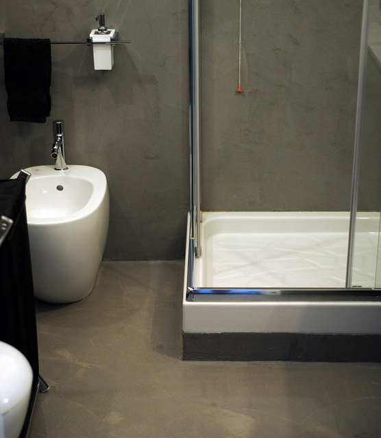 Oltre 25 fantastiche idee su arredamento da bagno grigio - Resina piastrelle bagno ...