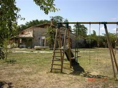 Maison de vacances située entre Dordogne (Périgord) et Lot-et-Garonne. Très bien aménagée, entièrement équipée et très propre. Piscine privée au gîte et terrain clos avec terrasse, BBQ, transats etc...
