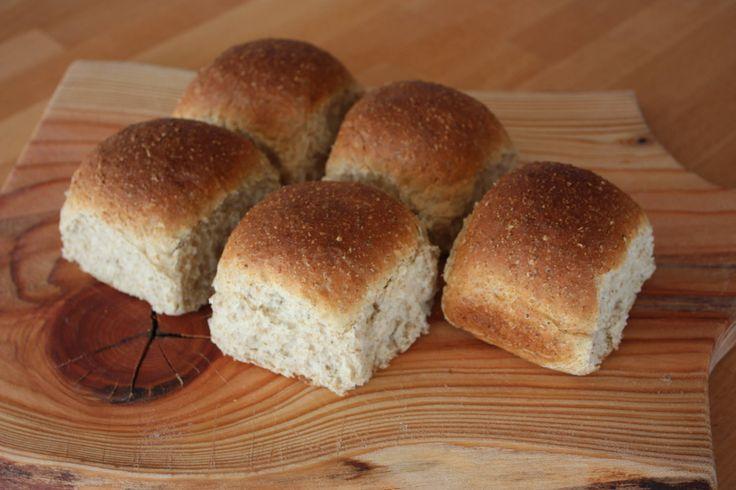 Lær at bage ––> Varme hveder er smagen af hygge. Især hvis du bager dine egne hvedeknopper med fuldkorn. Et lidt sundere alternativ. Få opskriften her!