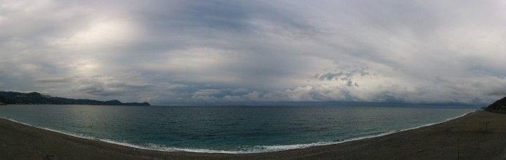 Στο βάθος είχε σύννεφα που κινούνταν με ταχύτητα ενώ η θάλασσα είχε μια άγρια ομορφιά.