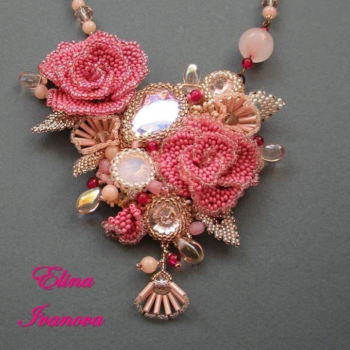 Девчаковость этого кулона на квадратный сантиметр просто зашкаливает. Все в розочках, блескучее и розовое. #розовыерозы #кольеизбисера #ручнаяработа #гламур #девчаковое #handmade #beadedart #beadwork #jewelry #pinkroses #roses