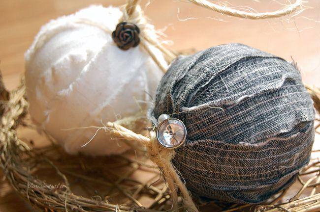 Kerstballen van piepschuim, versierd met stof. Zie de link hieronder voor de werkbeschrijving.  http://theornamentgirl.com/blog/being-crafty/twelve-days-of-christmas-ornaments-day-4/
