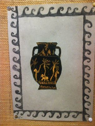 Opiskeltiin 5-6-luokan kanssa Kreikan historiassa maljakkomaalauksia ja niiden aiheita. Tutustuttiin myös ornamentiikkaan. Tämä on perinteinen raaputustyö. Alla oranssi väripinta, päälle mustaa. Sitten vaan maljakkoa koristelemaan. Etu tässä työtavassa on se, että jos pikkutarkka piirros menee pieleen, aina voi laittaa mustaa päälle ja aloittaa alusta. Maljakot tehtiin eri paperille ja leikattiin irti ja liimattiin pohjapaperille, jonka reunaan laitettiin nauhaornamentti