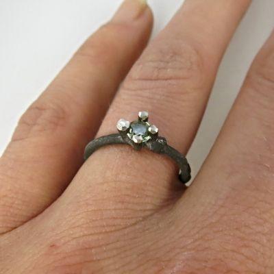 -Takjes- (verlovings)ring met groene saffier en knoestje