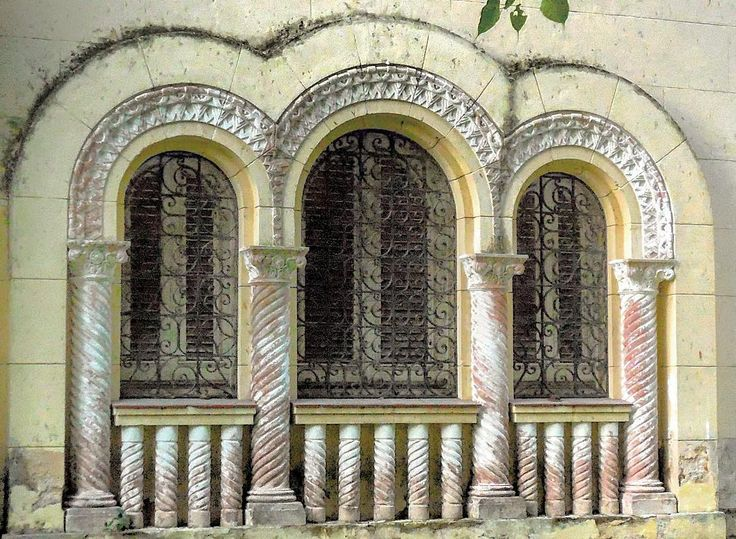 Detalle de las ventanas de una casa en Miramar #havana #habana #miramar #cuba…