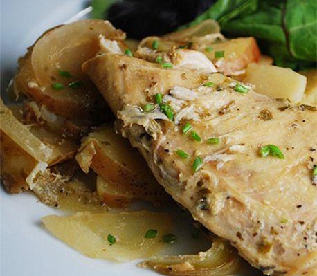 En hel måltid i Crock-Poten med både kyckling och potatis. God mustig gryta, som också är kalorisnål.