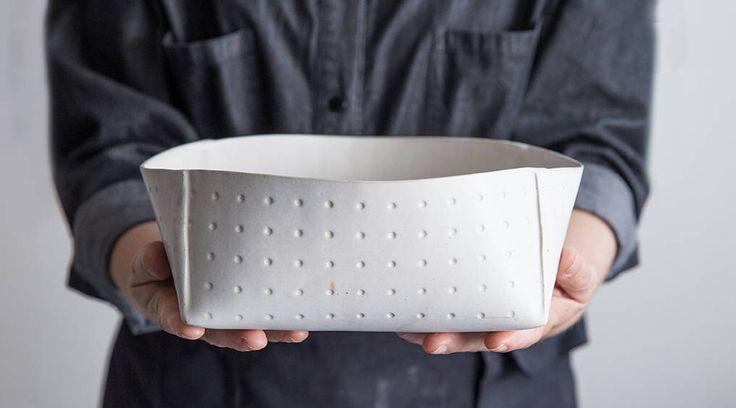 Grote keramische Bowl, witte keramische serveren Bowl, moderne steengoed kom, minimalistische salade Bowl, witte aardewerk Bowl, fruitschaal, huwelijksgeschenk door FreeFolding op Etsy https://www.etsy.com/nl/listing/534509353/grote-keramische-bowl-witte-keramische