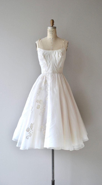 Trouwjurk Vintage jaren 1950 met spaghetti bandjes, witte bloemen appliques, voorzien van taille, gelaagde volledige rok en prachtige bijpassende witte lace bijgesneden vest gedragen.  ---M E EEN S U R E M E N T S---  past zoals: xs Bust: 32-34 Taille: 24,5 Hip: gratis lengte: 46 merk/maker: n/b voorwaarde: uitstekend  ✩ layaway is beschikbaar voor dit object  Om ervoor te zorgen een goede pasvorm, lees de formaatgrepen gids: http://www.etsy.com/shop/DearGolden/policy  Meer vintage ✩ jurken…