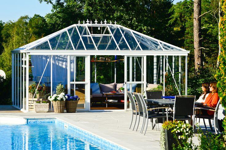 Varför inte använda växthuset som poolhus? Här ett Pyrola från Willab Garden.
