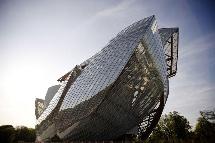 Fondation Louis Vuitton, Paris La fondation évoque un navire émergeant de la forêt. Comme souvent avec Frank Gehry, les formes sont complexes et les textures travaillées. L'architecte affirme notamment s'être inspiré des structures de verre et de fer des jardins, palais et bâtiments utilitaires de la deuxième moitié du XIXe siècle (des kiosques à musique au Grand Palais).