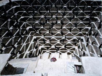 映像はすべて、CGなしのオールロケ!世界遺産を含む世界24か国以上で撮影され、4年かけて作ったというのだから、見ごたえは十分。 ちなみにこちらの画像のロケ地は、インド・チャンドバオリの階段井戸です。