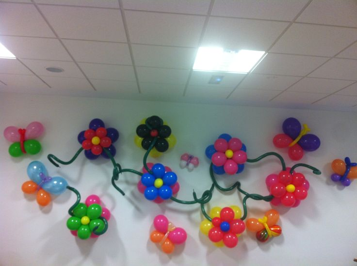 Decoraci n de pared con flores mariposas y espirales for Decoracion simple con globos
