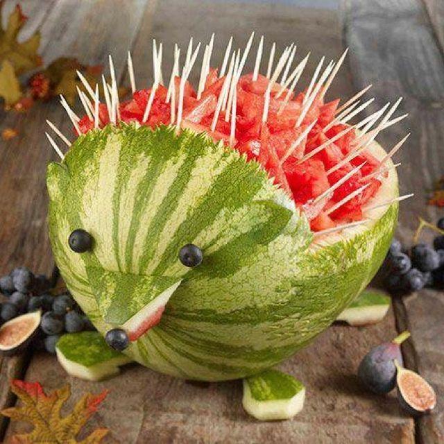 Ideia divertida para servir melancias! Além de ser decorativa, incentiva as…