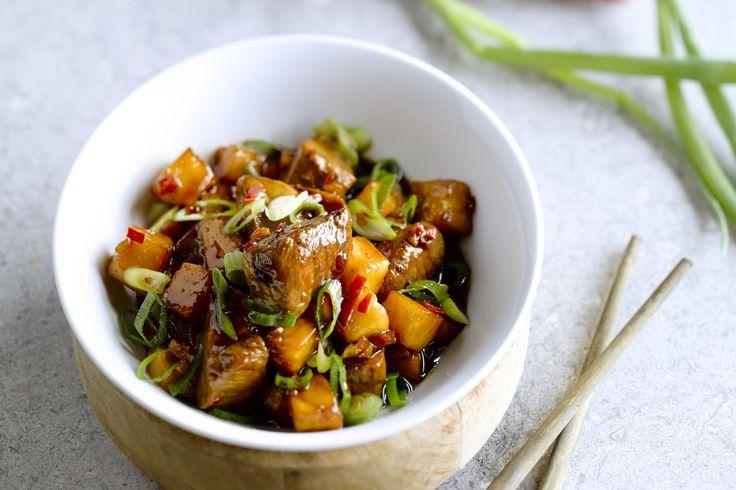 vleesgerecht - varkensfilets, knoflook, ... - Kook het water met de sojasaus en de rijstazijn. Breng op smaak met de zoetstof, de knoflook en het chilipepertje. Kook op een zacht vuur in tot stroop.