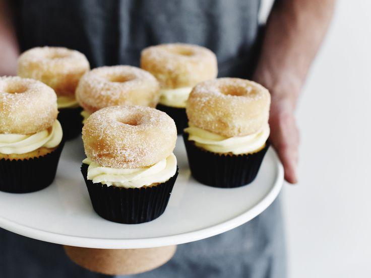 Het recept voor heerlijke donut vanille cupcakes op 88 Food. Je maakt deze schatjes simpel en snel! De donut vanille cupcakes smaken erg lekker…