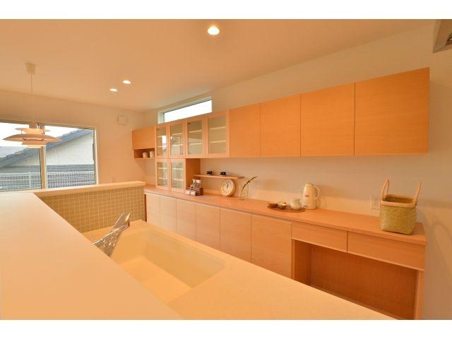 1F:キッチン<br /> キッチンの背面収納は北欧風のデザインを意識したナチュラル仕上げ。