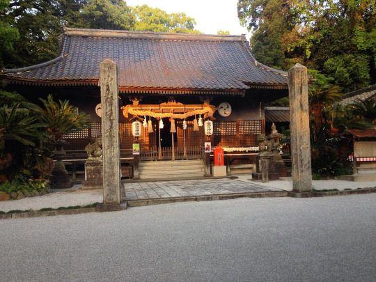 Hasta el pueblo más pequeño tiene su templo :), con jardín impecable, peces y todo (en Yoshitomi-machi Chikujo-gun, Fukuoka, Japan)