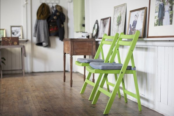 love the simple painted folding chairs