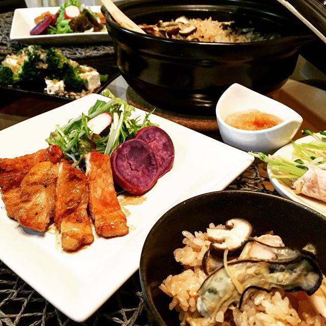 2016/11/27 04:12:33 manami9590 昨日は和食だけどワインに合うディナーにしてみましたー。  2人で3本空けてしまった。。。 ・ ・ ガーリックポークソテー サラダ ブロッコリークリームチーズおかか醤油和え 牡蠣ときのこの土鍋ご飯 えのきと玉子の味噌汁 ・ ・ #ポークソテー #豚ロース#牡蠣#牡蠣飯#土鍋ご飯 #ブロッコリー#クリームチーズ#和食#ヘルシー#タンパク質#健康#筋トレ#おうちごはん #夕飯#献立#デリスタグラマー #lovyucooking#instafood #foodstagram #foodpic #pork#oyster#japanesefood #wine#healthy #workout #protein#onmytable #fitness #dinner 💋✨  #健康