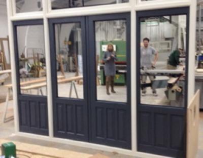 Kozijn met ramen en openslaande deuren staat klaar in de fabriek. www.framedbyoudshoorn.nl