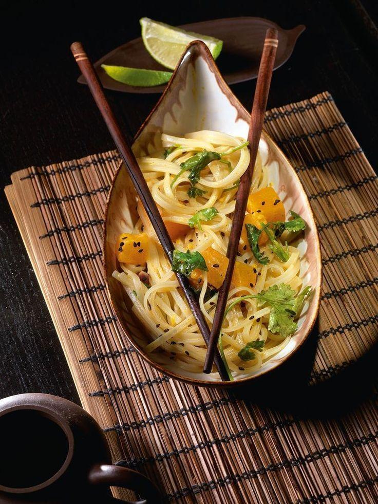 Широкая рисовая лапша с тыквенным карри