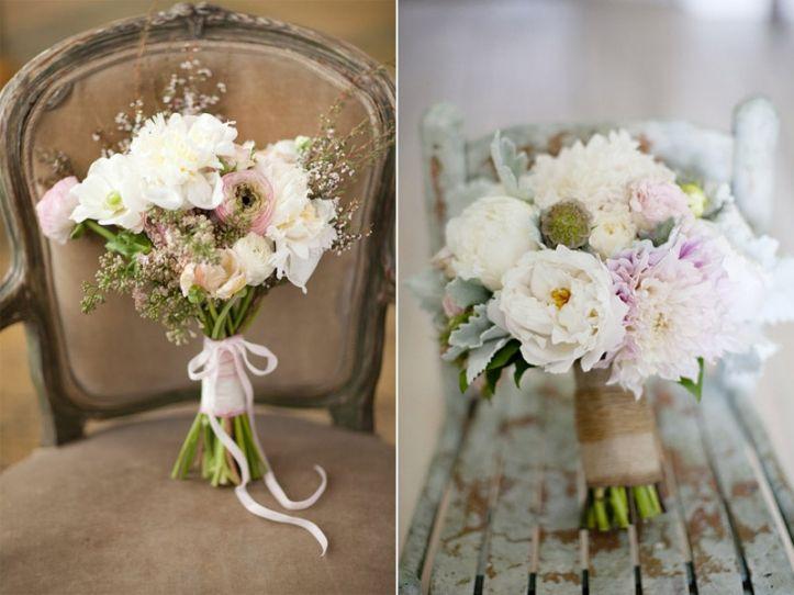 links: simpel boeketje met kleine witte pioenrozen, roze en witte ranonkel en roze seringen + een lief lintje. rechts: vol boeket van tuinrozen, scabiosa (zaaddoos), dahlia's en zachtgrijs blad, omwonden met touw.