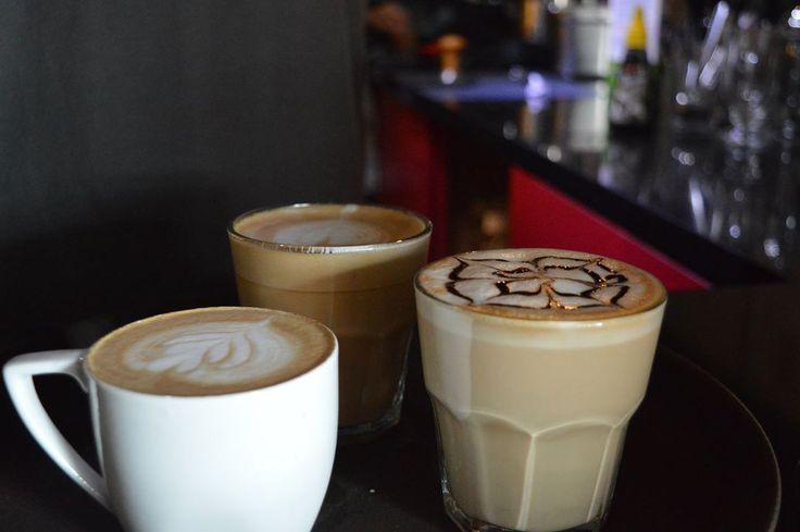 Coffe latte artinya kopi susu, kopi espresso dicampur dengan susu dan memiliki lapisan busa yang tipis di bagian atasnya. Teknik kreasi tekstur disebut dengan coffe late art.