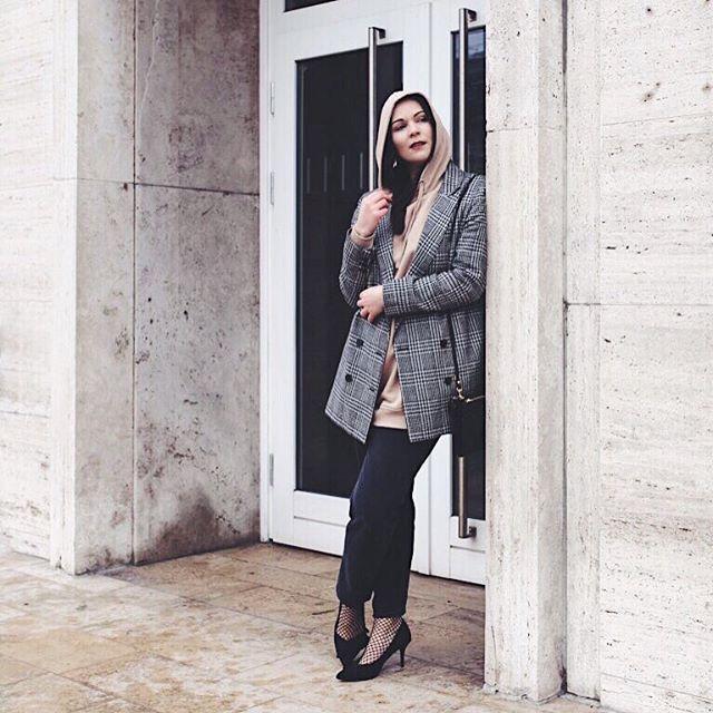 It's a new #outfit #ontheblog.   Ein neues Outfit ist online 🙌🏽😜 Schaut vorbei, es dreht sich alles um den Hoodie und wie man ihn elegant in Szene setzt! Link in Bio 👆🏼Den Look shoppen könnt ihr hier: 👉🏼http://liketk.it/2qu2S @liketoknow.it #liketkit   #LTKeurope #LTPstyletip #LTKitbag #cosmoparis #asos #mango #hmootd
