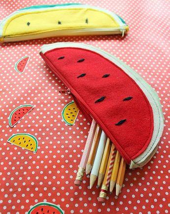 Come cucire un astuccio porta penne in pannolenci a forma di fetta di cocomero.