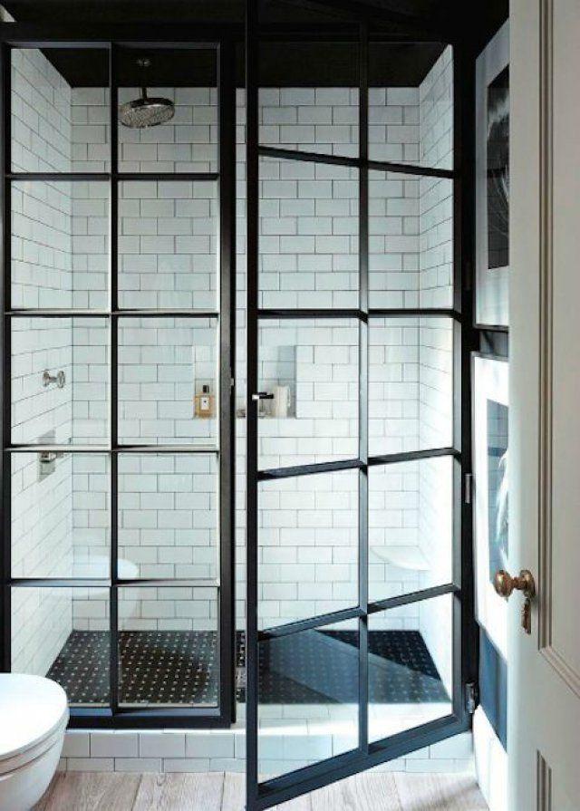 Une grande porte de douche façon verrière d'atelier dans la salle de bains.