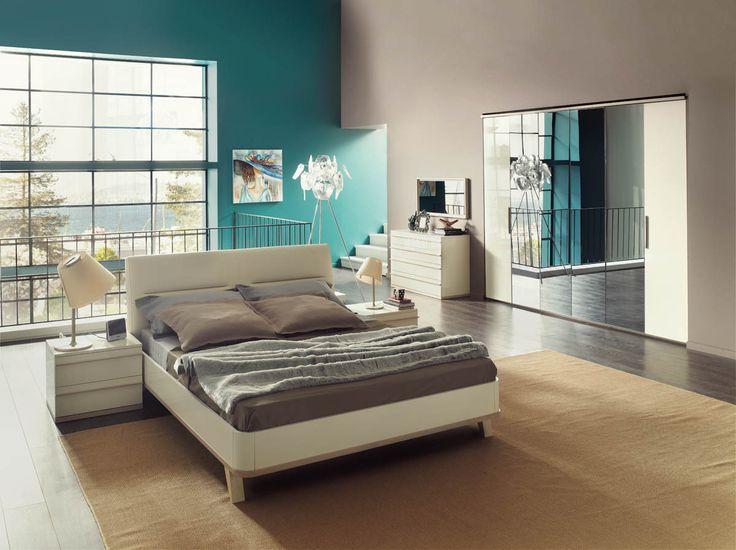 Aynaların ve ahşabın kusursuz uyumunu bulmak isteyenler için Orleon Yatak Odası, minimalist bir tasarımı maksimum çarpıcılıkla sunuyor. Deri döşeme başlıklı karyolası ve özel detaylarıyla modern bir tasarım anlayışını evinizin en özel odasına getiriyor.