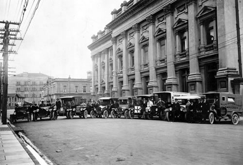 Emergency ambulances alongside the Wellington Town Hall during the 1918 flu pandemic.