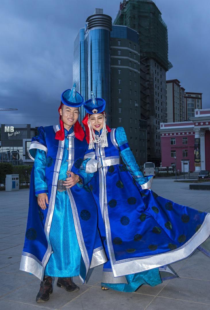 MONGOLIAN TOUR. Туры по Алтаю и Монголии.  Праздники Монголии  Новый год по народной традиции монголов приходится в промежуток между концом января и началом марта. Такое непостоянство даты объясняется привязкой торжества к лунному календарю: Цагаан Сар (Белый Месяц) встречают в первый его день. Впрочем, возрождение природы и начало нового годового круга отмечают на протяжении целых трех дней, сопровождая празднование богатыми застольями, шумными гуляньями и силовыми состязаниями.  Другой…