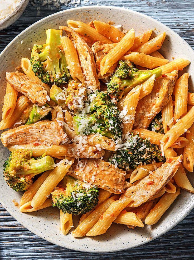 Blitzschnelle Pasta mit Hähnchen in Tomaten-Sahnesoße mit Brokkoli